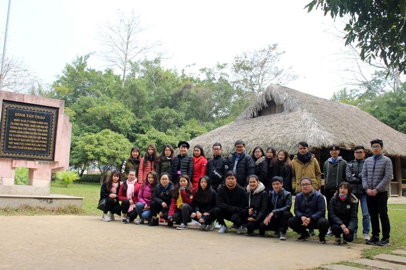 Đoàn chụp ảnh lưu niệm tại Đình Tân Trào