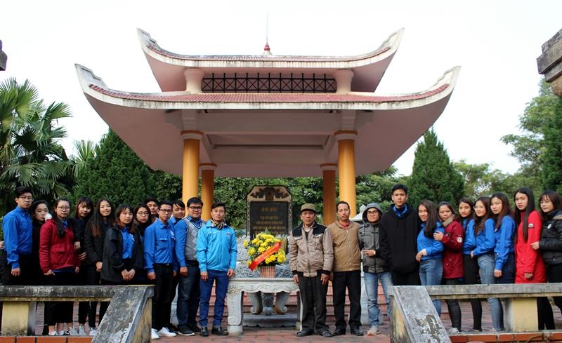 Đoàn chụp ảnh lưu niệm tại Khu di tích Bộ Nội vụ