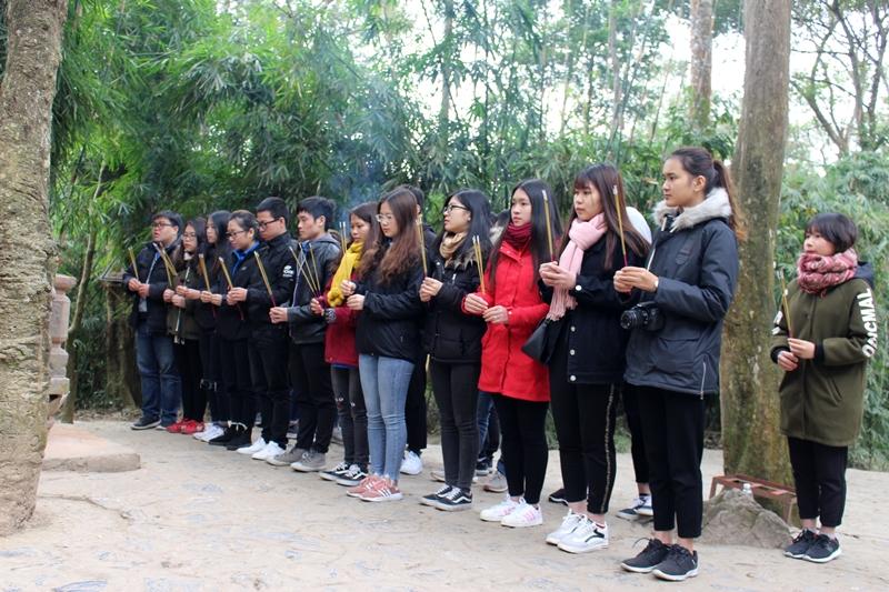 Đoàn dâng hương, hoa tại Lán Nà Nưa