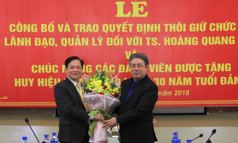 Giám đốc Học viện trao Quyết định và tặng hoa cho Đồng chí Hoàng Quang Đạt