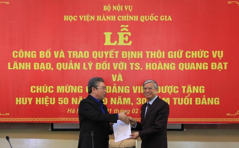 Giám đốc Học viện trao Thông báo phân công phụ trách, điều hành Khoa Đào tạo, bồi dưỡng cán bộ, công chức và tại chức cho Đồng chí Vũ Thanh Xuân