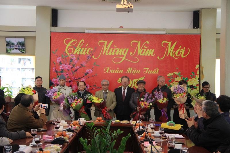TS. Đặng Xuân Hoan tặng hoa mừng thọ một số cán bộ hưu trí của Học viện
