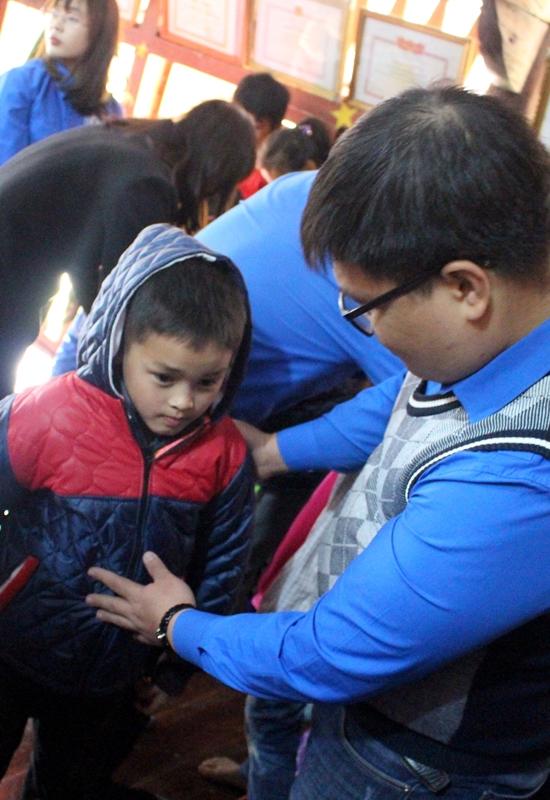 Đoàn tặng áo ấm cho các em học sinh thôn Yên Thượng