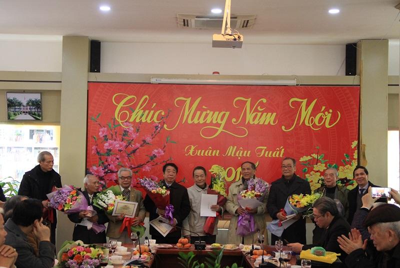 PGS.TS. Triệu Văn Cường trao tặng Kỷ niệm chương Vì sự nghiệp xây dựng và phát triển Hội Cựu giáo chức cho các hội viên của Hội