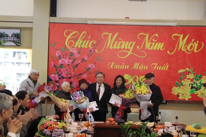TS. Đặng Xuân Hoan trao tặng Kỷ niệm chương Vì sự nghiệp xây dựng và phát triển Hội Cựu giáo chức cho các hội viên của Hội