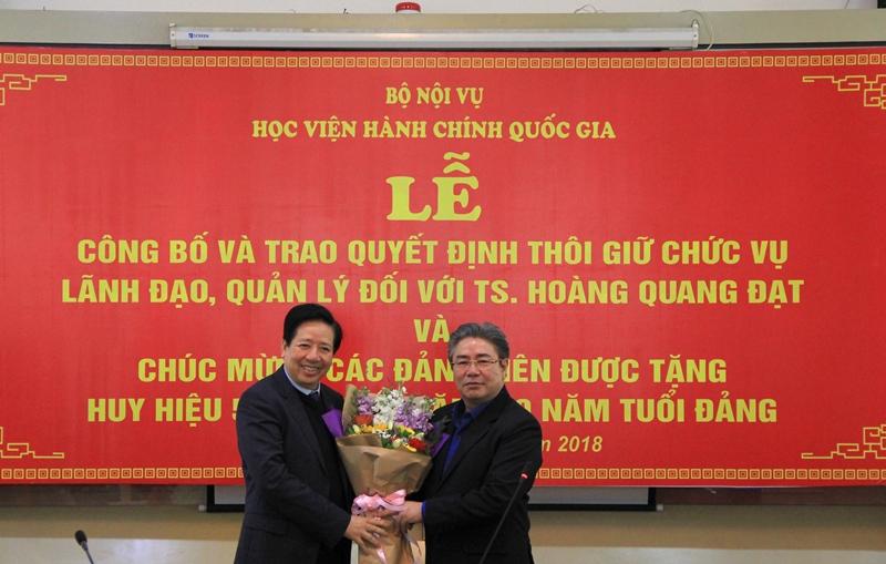 Đồng chí Triệu Văn Cường và Đồng chí Đặng Xuân Hoan tặng hoa chúc mừng Đồng chí Nguyễn Trọng Điều được tặng thưởng Huy hiệu 50 năm tuổi Đảng