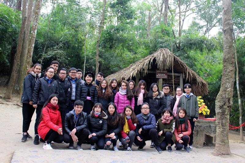 Đoàn chụp ảnh lưu niệm tại Lán Nà Nưa
