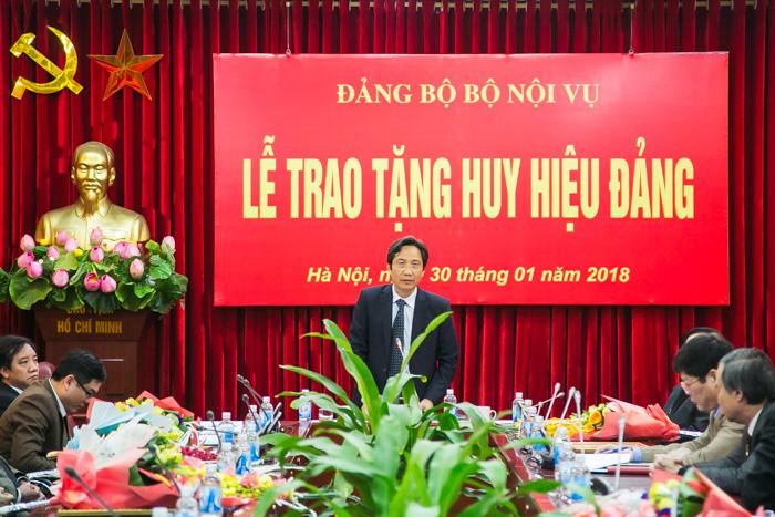 Đồng chí Trần Anh Tuấn - Bí thư Đảng ủy Bộ, Thứ trưởng Bộ Nội vụ phát biểu tại lễ trao tặng huy hiệu Đảng