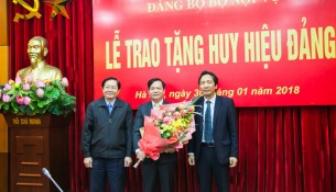 Bộ trưởng  Bộ Nội vụ Lê Vĩnh Tân trao Huy hiệu 40 năm tuổi Đảng, Thứ trưởng Trần Anh Tuấn tặng hoa chúc mừng đồng chí Hoàng Quang Đạt