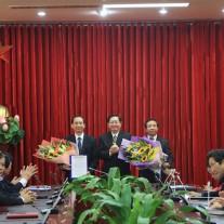 Bộ trưởng trao Quyết định cho đồng chí Nguyễn Đăng Quế và đồng chí Nguyễn Bá Chiến