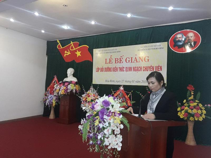 ThS. Đặng Thị Mai Hương, Phó trưởng phòng Quản lý Khoa học và Đào tạo, Viện Nghiên cứu Khoa học Hành chính báo cáo kết quả học tập của lớp.