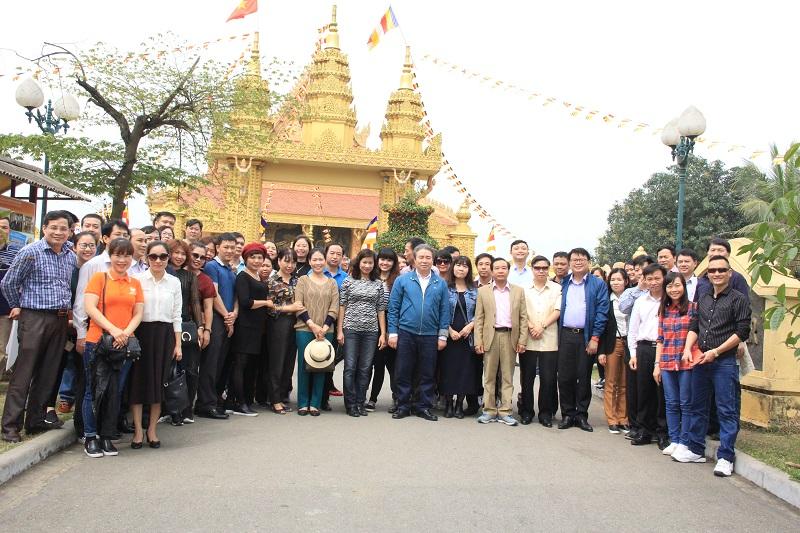 TS. Đặng Xuân Hoan – Giám đốc Học viện cùng các thành viên trong đoàn tham quan tại Làng Văn hóa các dân tộc Việt Nam
