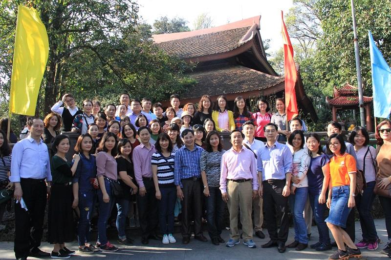 Đoàn chụp ảnh lưu niệm tại Đền thờ Bác Hồ trên đỉnh non thiêng Ba Vì