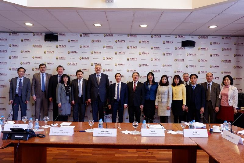 Đoàn Học viện Hành chính Quốc gia chụp ảnh lưu niệm với Trưởng Ban Công vụ Liên bang Nga và Giám đốc RANEPA