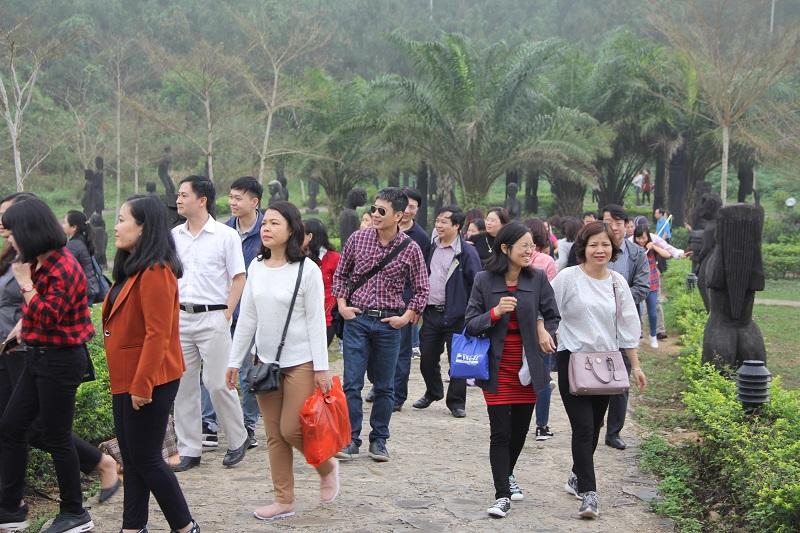 Các thành viên trong đoàn tham quan khuôn viên Làng Văn hóa các dân tộc Việt Nam