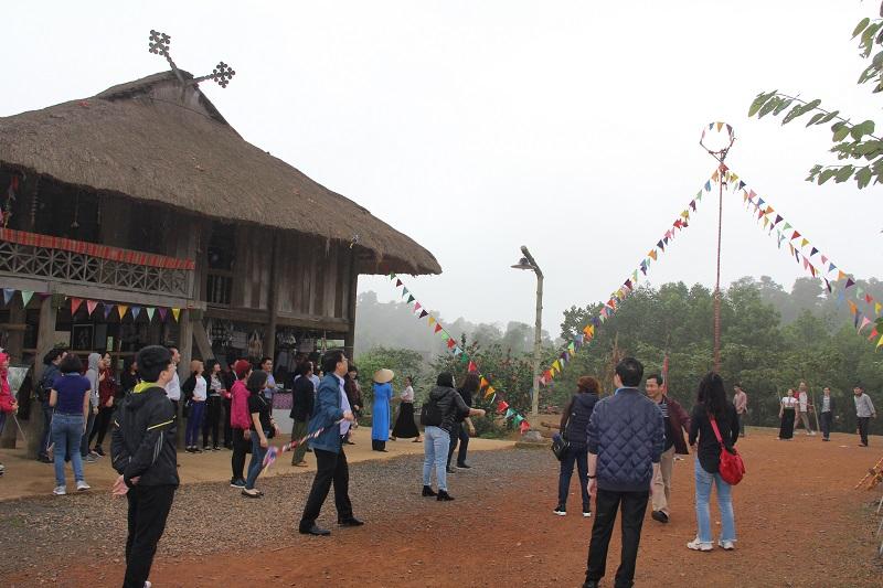 Các thành viên trong đoàn trải nghiệm trò chơi ném còn của dân tộc Thái