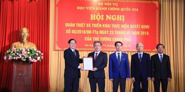 Đồng chí Lê Vĩnh Tân - Ủy viên BCH Trung ương Đảng, Bộ trưởng Bộ Nội vụ trao Quyết định số 05/2018/QĐ-TTg của Thủ tướng Chính phủ cho Học viện Hành chính Quốc gia