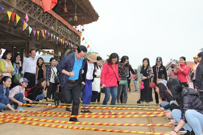 Các thành viên trong đoàn trải nghiệm trò chơi nhảy sạp của dân tộc Thái