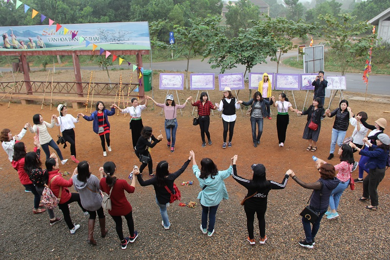 Các thành viên trong đoàn trải nghiệm điệu múa xòe của dân tộc Thái