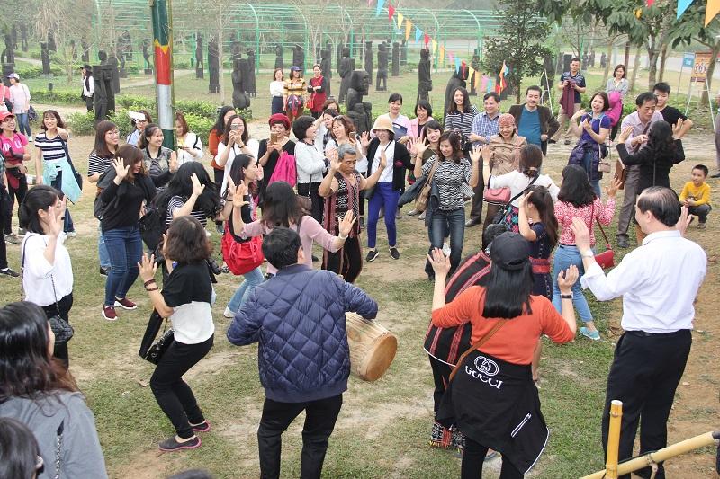 Các thành viên trong đoàn hòa trong điệu múa xoang của dân tộc Tà Ôi
