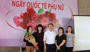 TS. Đặng Xuân Hoan tặng hoa chúc mừng đại diện Ban Chấp hành Công đoàn Học viện