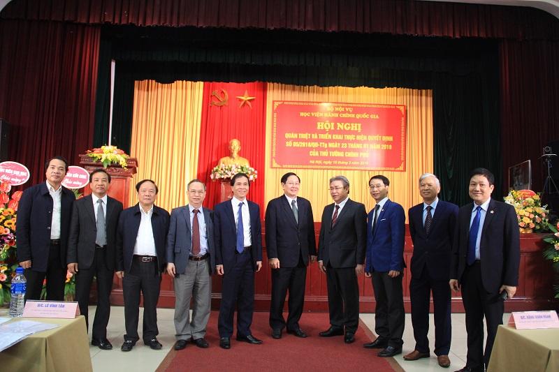 Bộ trưởng Bộ Nội vụ Lê Vĩnh Tân và lãnh đạo Học viện Hành chính Quốc gia cùng các đại biểu tham dự Hội nghị