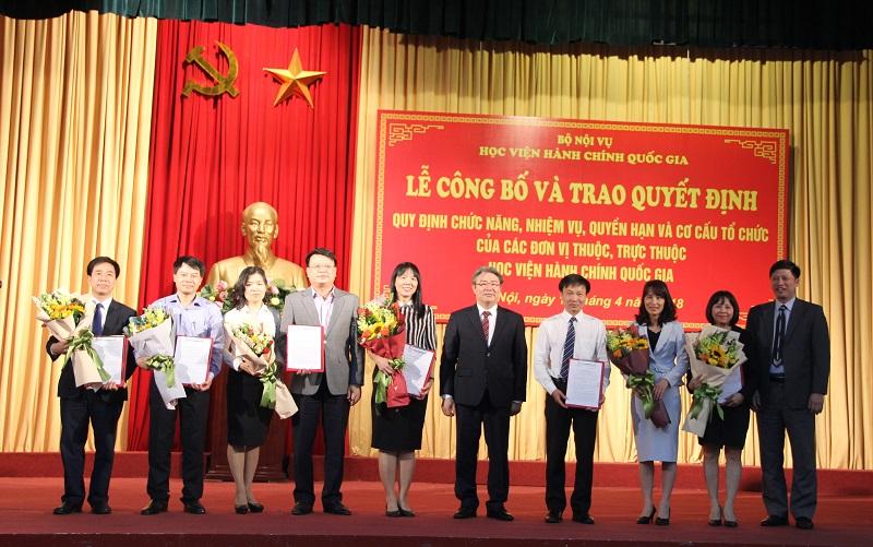 TS. Đặng Xuân Hoan – Giám đốc Học viện trao quyết định cho đại diện các đơn vị