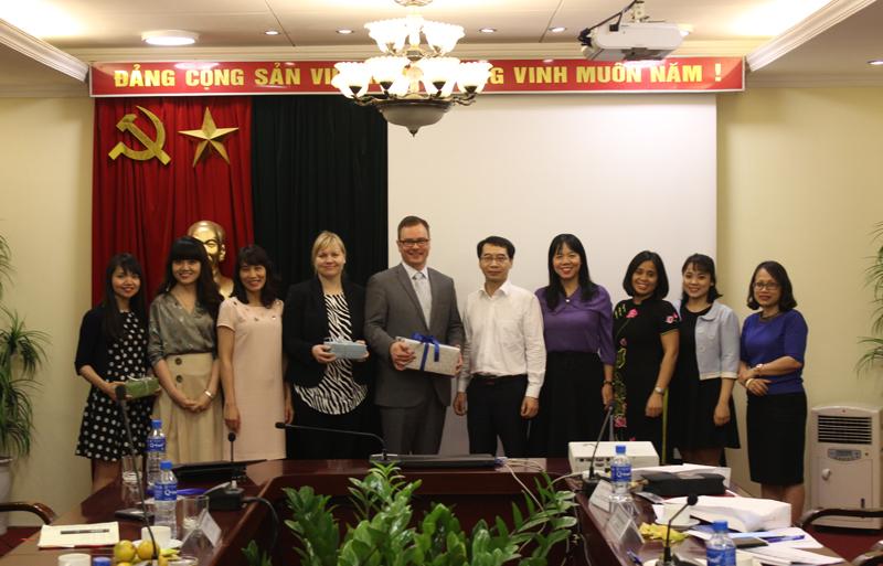Các đại biểu tham dự buổi làm việc chụp hình lưu niệm