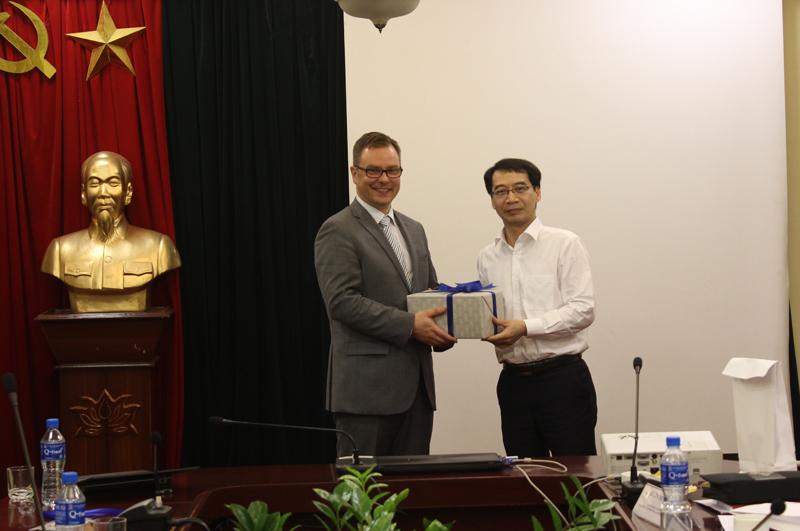 PGS. TS. Lương Thanh Cường, Phó Giám đốc Học viện trao quả lưu niệm cho TS. Harri Laihonen, Phụ trách Nghiên cứu, Đại học Tampere,  Đại học Phần Lan