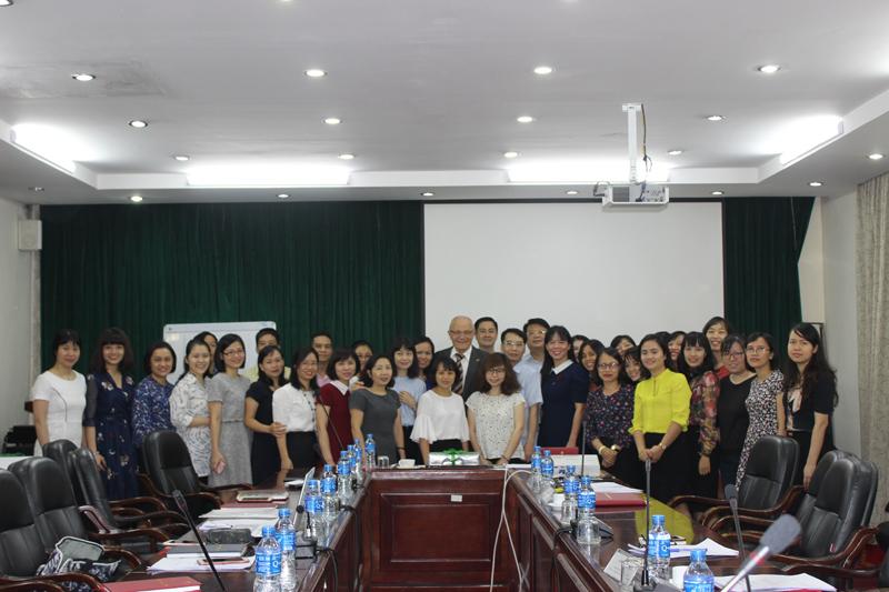 Học viên chụp ảnh lưu niệm với lãnh đạo Học viện và chuyên gia quốc tế