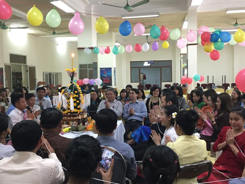 Ts Đặng Xuân Hoan cũng dành thời gian tới tham dự buổi lễ chúc phúc buộc chỉ cổ tay và gửi tới các bạn Lào những lời chúc tốt đẹp nhất.