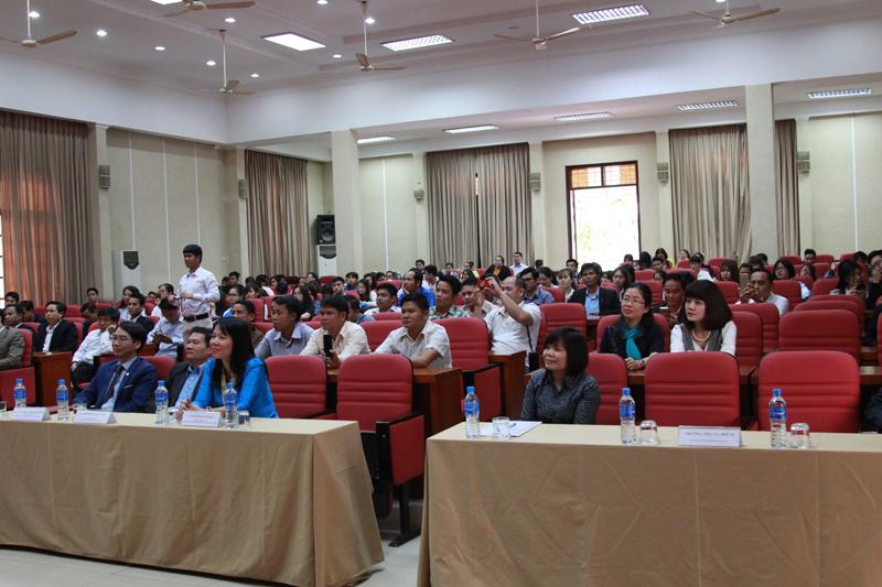 Các đại biểu cùng toàn thẻ cán bộ Học viện Hành chính Quốc gia tham gia buổi gặp mặt