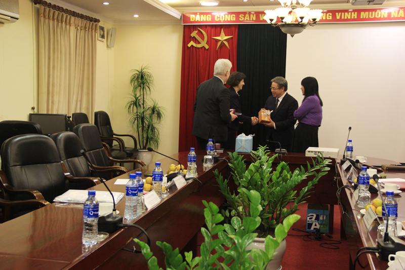 Giám đốc Học viện trao quà kỉ niệm cho đại diện cộng hòa Pháp