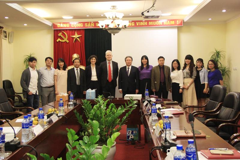 Các đại biểu tham dự buổi làm việc