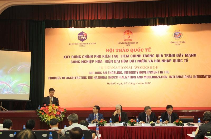 TS. Đặng Thành Lê - Phó Viện trưởng phụ trách Viện Nghiên cứu Khoa học Hành chính giới thiệu đại biểu tham dự Hội thảo