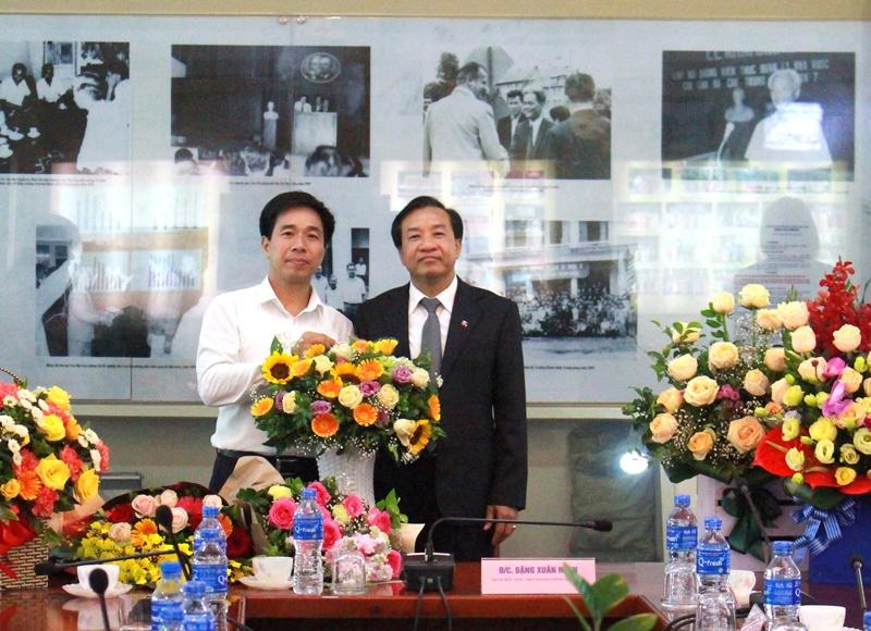 Ban Tổ chức cán bộ tặng hoa chúc mừng TS. Nguyễn Đăng Quế