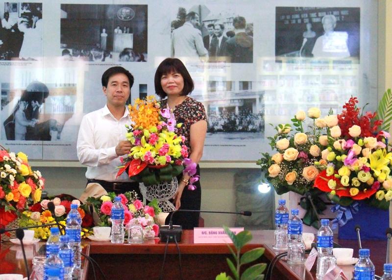 Ban Tổ chức cán bộ tặng hoa chúc mừng PGS.TS. Nguyễn Thị Hồng Hải