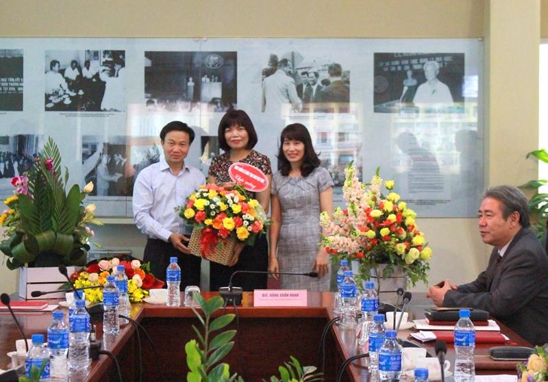 Ban Quản lý Đào tạo Sau Đại học tặng hoa chúc mừng TS. Nguyễn Đăng Quế