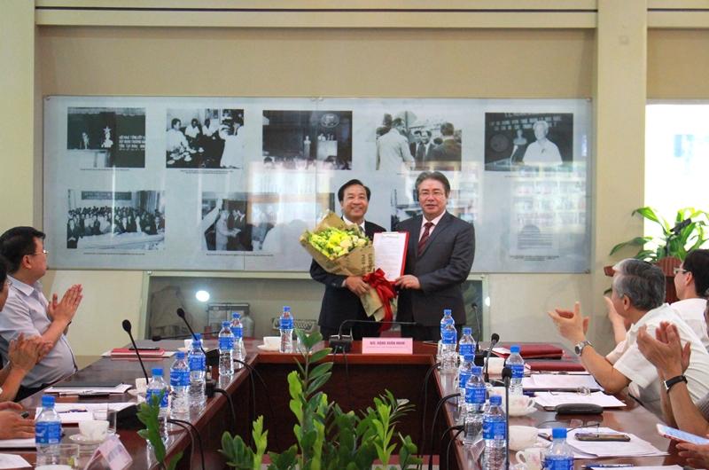 TS. Đặng Xuân Hoan trao Quyết định và tặng hoa chúc mừng TS. Nguyễn Đăng Quế