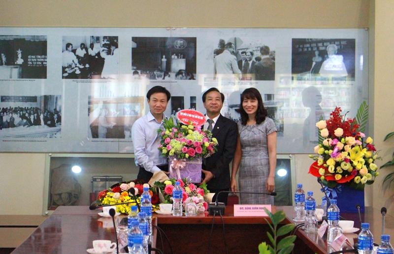 Ban Quản lý Đào tạo Sau Đại học tặng hoa chúc mừng PGS.TS. Nguyễn Thị Hồng Hải