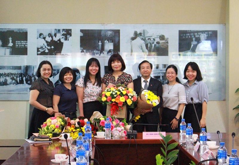 Ban Hợp tác Quốc tế tặng hoa chúc mừng TS. Nguyễn Đăng Quế và PGS.TS. Nguyễn Thị Hồng Hải