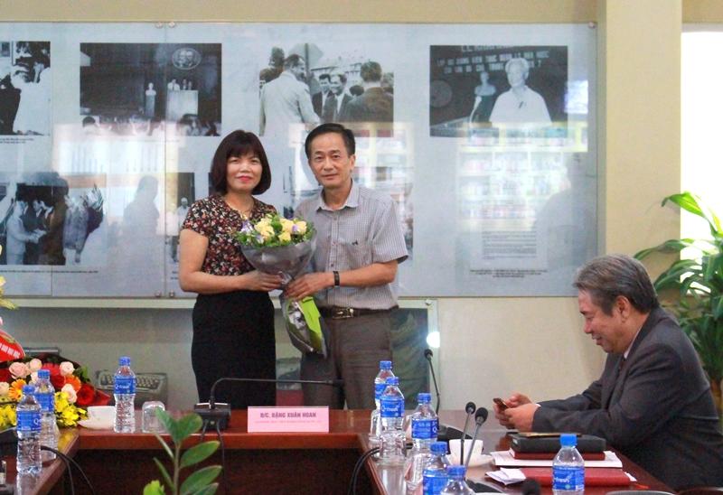 Trung tâm Ngoại ngữ - Tin học và Thông tin – Thư viện tặng hoa chúc mừng PGS.TS. Nguyễn Thị Hồng Hải