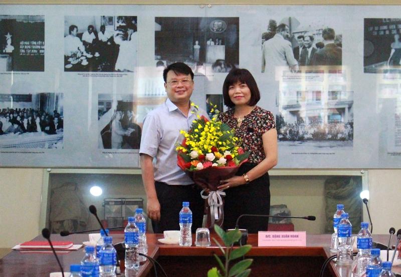 Văn phòng Học viện tặng hoa chúc mừng PGS.TS. Nguyễn Thị Hồng Hải