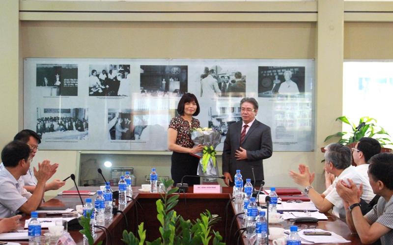 TS. Đặng Xuân Hoan trao Quyết định và tặng hoa chúc mừng PGS.TS. Nguyễn Thị Hồng Hải
