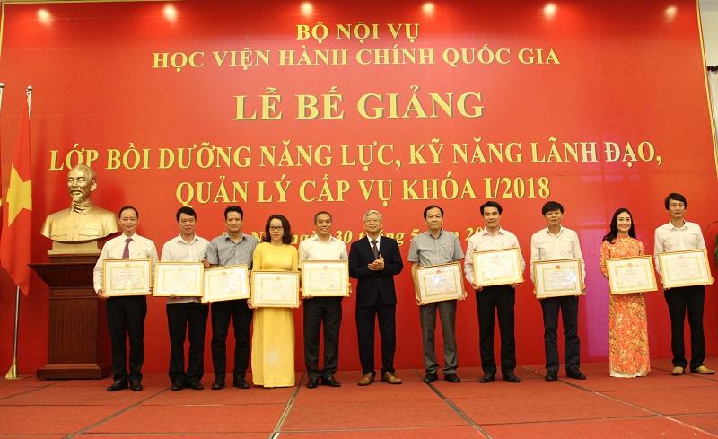 NGƯT.TS. Vũ Thanh Xuân – Phó Giám đốc Học viện trao Giấy khen của Giám đốc Học viện cho các học viên đạt thành tích xuất sắc