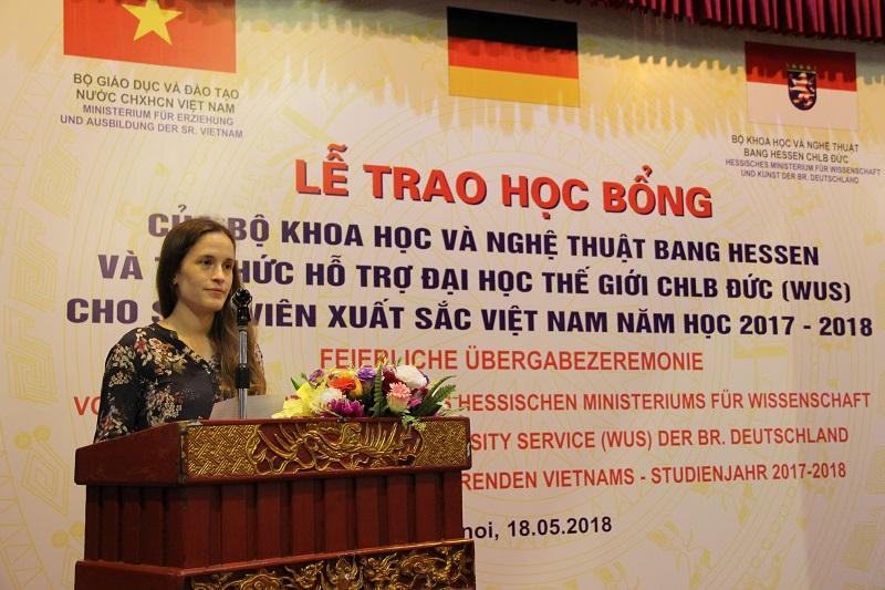 Bà Sarah Joeris – đại diện Phòng Văn hóa, Báo chí và Khoa học, Đại sứ quán Đức tại Hà Nội phát biểu chúc mừng các sinh viên được nhận học bổng Hessen