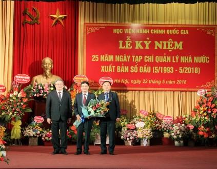 TS. Đặng Xuân Hoan – Giám đốc Học viện tặng hoa chúc mừng Tạp chí QLNN