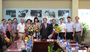 Ban Giám đốc Học viện cùng viên chức, người lao động các đơn vị tặng hoa chúc mừng TS. Nguyễn Đăng Quế và PGS.TS. Nguyễn Thị Hồng Hải