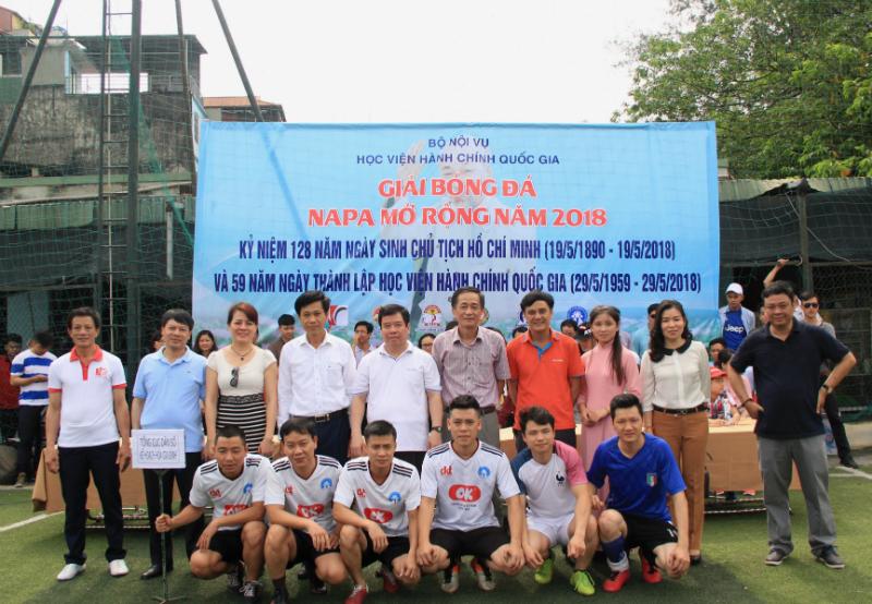 Đội bóng của Tổng cục dân số chụp ảnh lưu niệm cùng các đại biểu