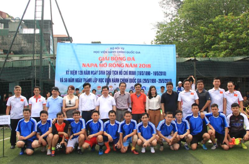 Đội bóng của Học viện Hành chính Quốc gia chụp ảnh lưu niệm cùng các đại biểu tham dự